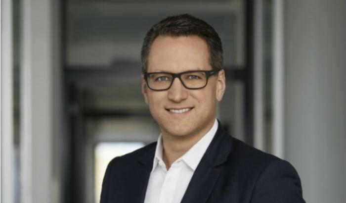 Sebastian Grabmaier, Vorstandsvorsitzender von Jung, DMS & Cie kündigt die Übernahme eines Wettbewerbers an.